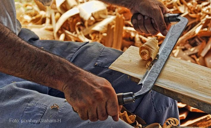 Katzenkratzbaum Holz bearbeiten
